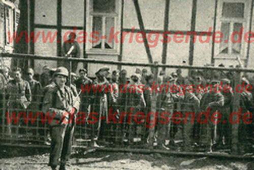 """Bild 13: Bill Parsons, Veteran der 78. US Infantry Division: """"Sergeant Mc Elwee bewacht am 6. April 1945 in Betzdorf die auf dem Molzberg in Gefangenschaft geratenen deutschen Grenadiere."""""""
