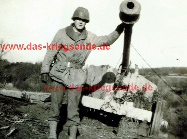 Bild 15: Lieutenant Josh Bennet, Angehöriger des 413. US Infantry Regiment mit einer am 25.3.1945 im Raum Flammersfeld erbeuteten deutschen PaK.