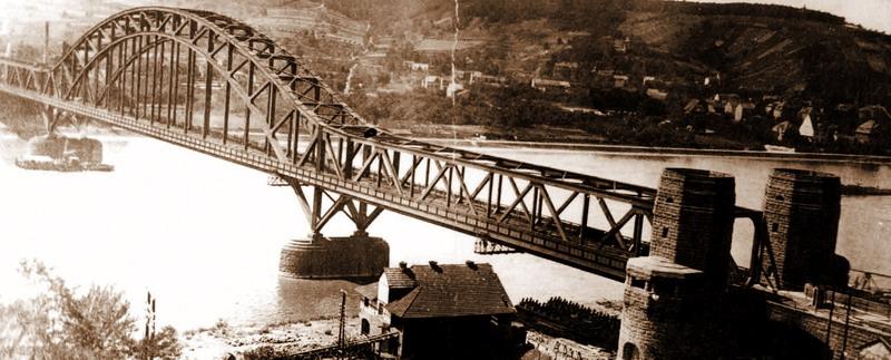 Die Ludendorff-Brücke in Remagen. Hier steht sie noch unbeschädigt.