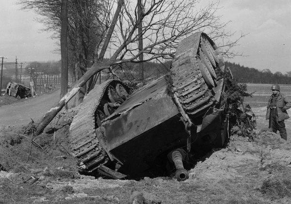 Ein am 25. März 1945 auf der B8 in der Nähe von Kircheib zerstörter deutscher Jagdpanther, da neben steht ein US-Soldat.