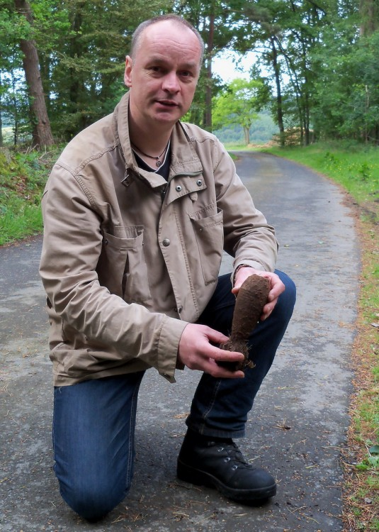 Der Autor mit einer vom Kampfmittelräumdienst geborgenen 5cm Mörsergranate. Das Geschoss wurde durch die Mitarbeite als Granate französichen Ursprungs identifiziert. Es dürfte sich wohl um deutsche Beutemunition handelt, die bis zum Kriegsende noch verwendet wurde.