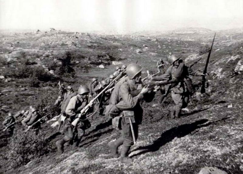 Sommer 1941 - Rotarmisten stürmen im Raum Murmansk unter Einsatz von Handgranten eine deutsche Stellung. Fotoquelle leider unbekannt.