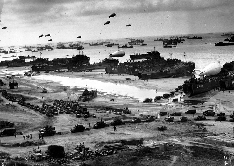Juni 1944. Landungsschiffe bringen Nachschub an einen der Strände. Foto National Archives, Signal Corps, Signatur