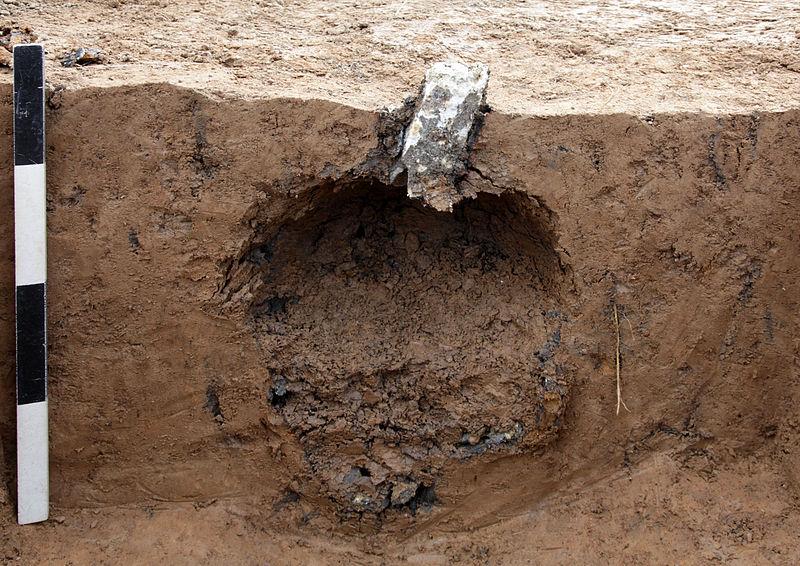 Ausgebrannte und detonierte Stabbrandbombe, nach Detonation in ca. 60 cm Tiefe in Lehmboden in Dresden-Gruna. Quelle: Wikipedia, Fotograf = Akinne http://de.wikipedia.org/wiki/Stabbrandbombe