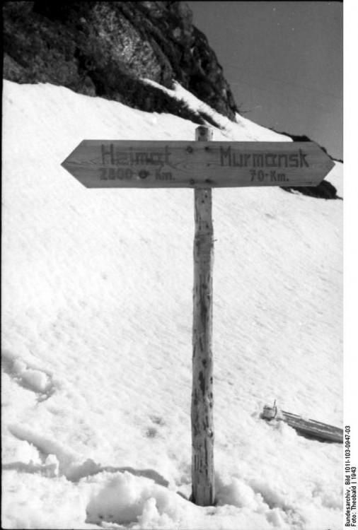 """70 Kilometer vor Murmansk ist Ende. Die Gebirgsjäger kommen keinen Schritt weiter. Bild: Bundesarchiv_Bild_101I-103-0947-03, """"Norwegen, Lappland, Finnland.- Wegweiser im Schnee (""""Heimat 2800 km, Murmansk 70 km""""); PK 680"""""""