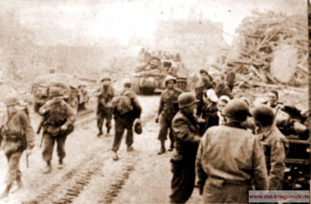 Nachdem der Widerstand eingestellt wurde, stießen die 3. US Panzerdivision und die 104. US Infanteriedivision durch Altenkirchen bis in den Raum von Hachenburg vor. Die gezeigte Bildsequenz entstammt einer Videoaufnahme eines amerikanischen Kriegsberichterstatters der 1. US Armee vom 26. März 1945. Zu sehen sind Infanterie und Panzer der 3. US Panzerdivision während des Durchmarsches durch die Kreisstadt Altenkirchen. Am rechten Bildrand kann man amerikanische Offiziere erkennen, die sich im Gespräch mit deutschen Krankenschwestern befinden.