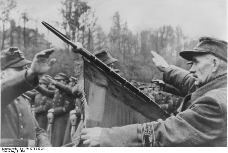 So sah Hitlers letztes Aufgebot aus. Alte Männer bei der Vereidigung. (c) Bundesarchiv Bildsignatur 146-1978-087-24.