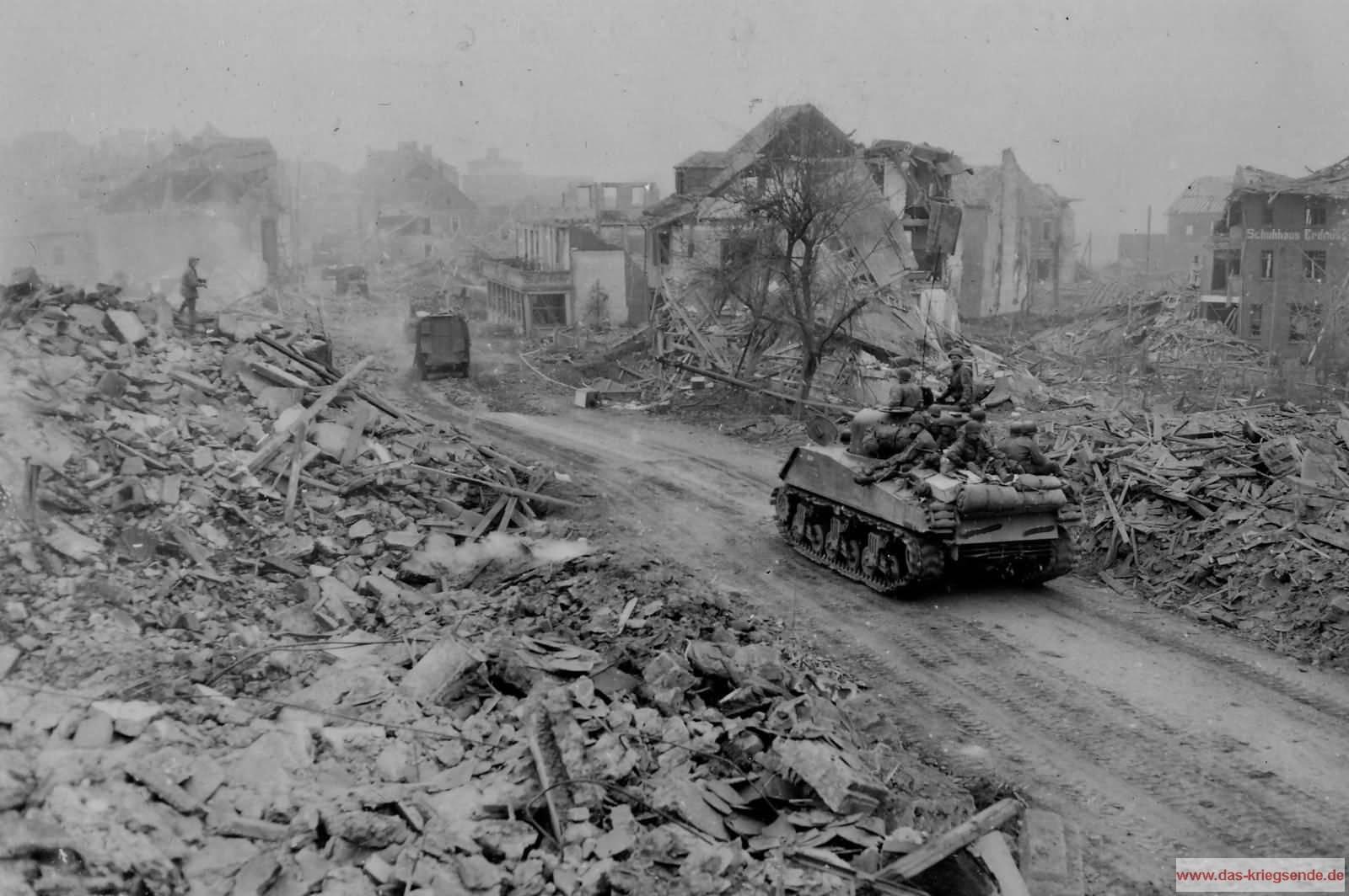 Die Trümmerwüste der Kreisstadt Altenkirchen am 26. März 1945. Foto Signal Corps, US Army.
