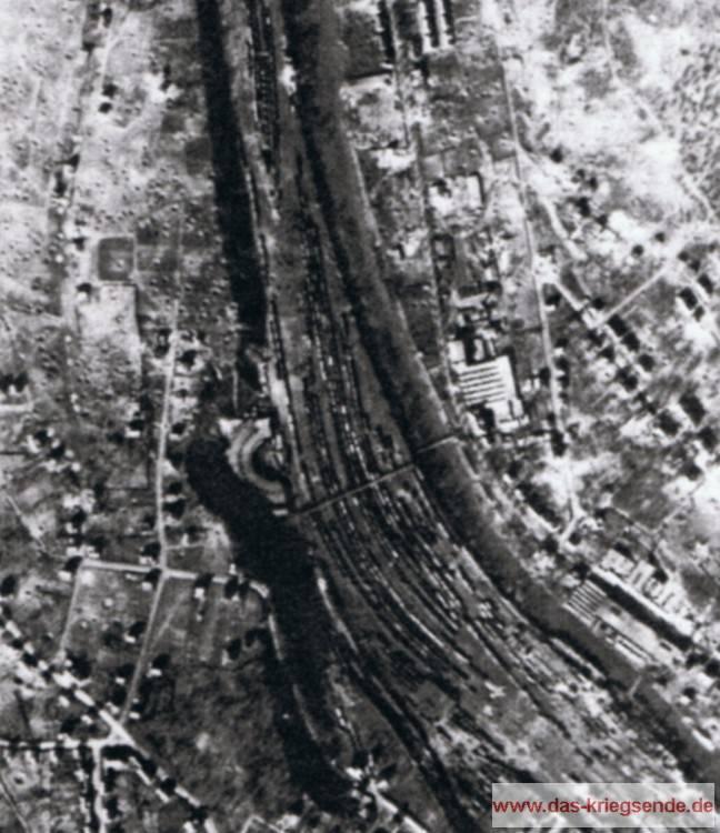 Das angefügte alliierte Luftbild zeigt die Schäden und die Trichterfelder der Bombenteppiche des Angriffes vom 12. März 1945.