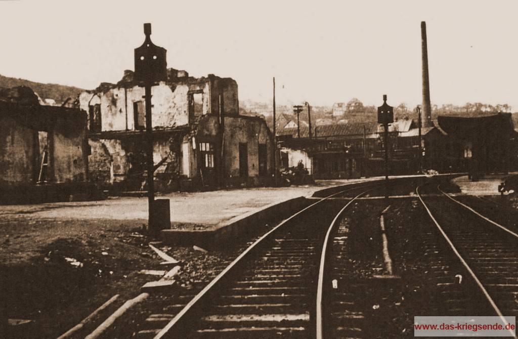 Blick über den zerstörten Betzdorfer Bahnhof. Hier wurde eine amerikanische Infanterieeinheit in schwerem, deutschem Artilleriefeuer getroffen.