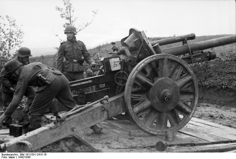 105mm leichte Feldhaubitze, wie sie auch bei Ingelbach im Einsatz waren. Bundesarchiv Bild 101I-031-2415-16, Russland, Soldaten an leichter Haubitze