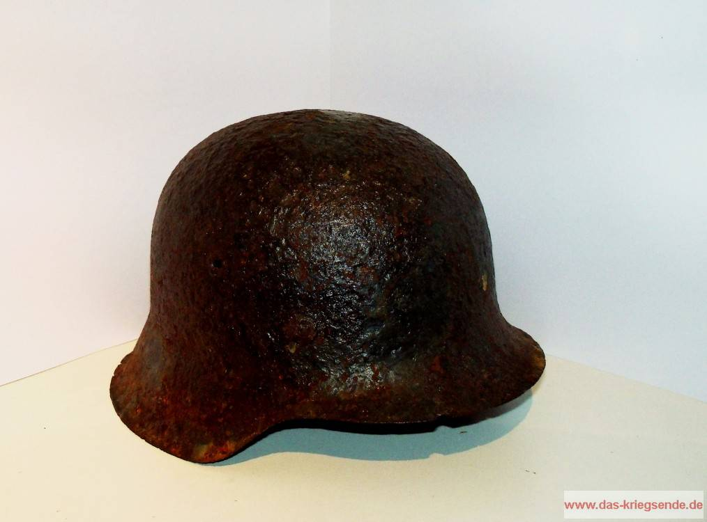 Dieser Stahlhelm vom Typ M42, in Kindergröße, wurde vor Jahren in einer Schützenmulde bei Friesenhagen gefunden. Er ist ein Zeugnis der Kämpfe bei Friesenhagen.