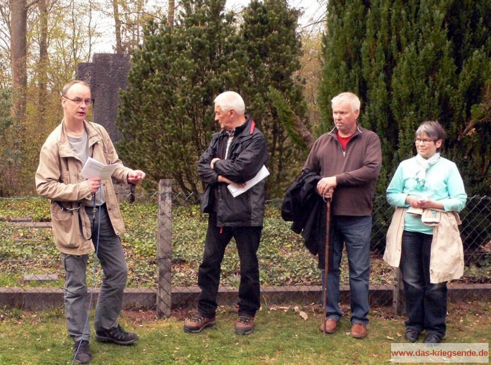Angelangt an der Kriegsgräberstätte am Schnabelberg finden wir Zeit um ausführlich über die Schicksale der Gefallenen zu berichten.