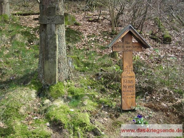 Heute erinnert das Holzkreuz an das Schicksal des jungen Leutnant Klaus Morré. Zur letzten Ruhe wurde Klaus Morre auf der Kriegsgräberstätte in Freudenberg beigesetzt.