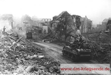 Amerikanische Sherman-Panzer rollen am 26. März 1945 durch Altenkirchen. Foto Signals Corps, USA.
