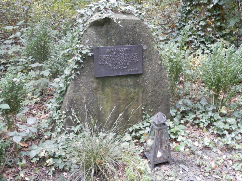 Der Gedenkstein für die Opfer des Lagers. Foto Werner Weitz.