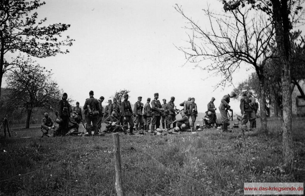 Deutsche Infanteristen in der Nähe von Biersdorf. Beachten Sie den Soldat rechts, er trägt einen Kopfverband.