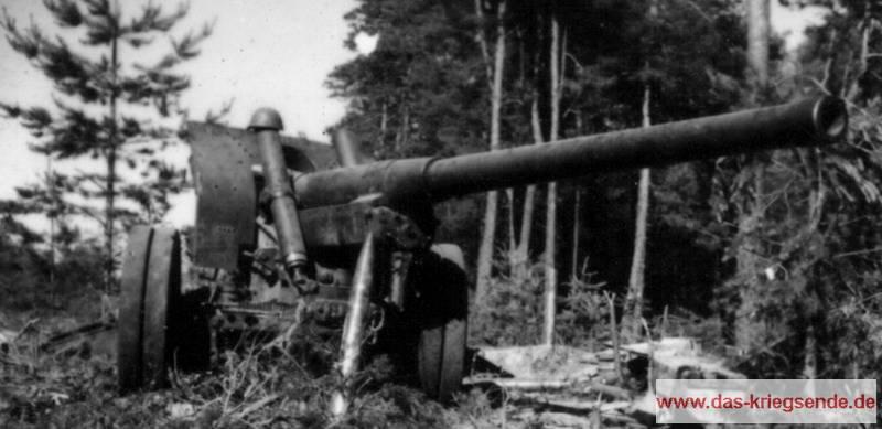"""122mm Feldhaubitze russischen Ursprungs. Unter der Bezeichnung <strong>""""12,2-cm-Kanone 390/1(r)""""</strong> wurde das Geschütz als Beutewaffe durch die Wehrmacht verwendet. Artilleriegeschütze dieser Art sind nachgewiesen im Bereich Windhagen-Asbach. Sie wurden am 18.3.1945 durch die Heeresgruppe B der Kampfgruppe Dänemark zugewiesen. Die Korpsartillerie des LIII. Armeekorps verfügte ebenfalls noch über entsprechende Artilleriegeschütze und man kann annehmen, dass einige dieser Kanonen am Kampf um die PaK-Linie Verwendung fanden."""
