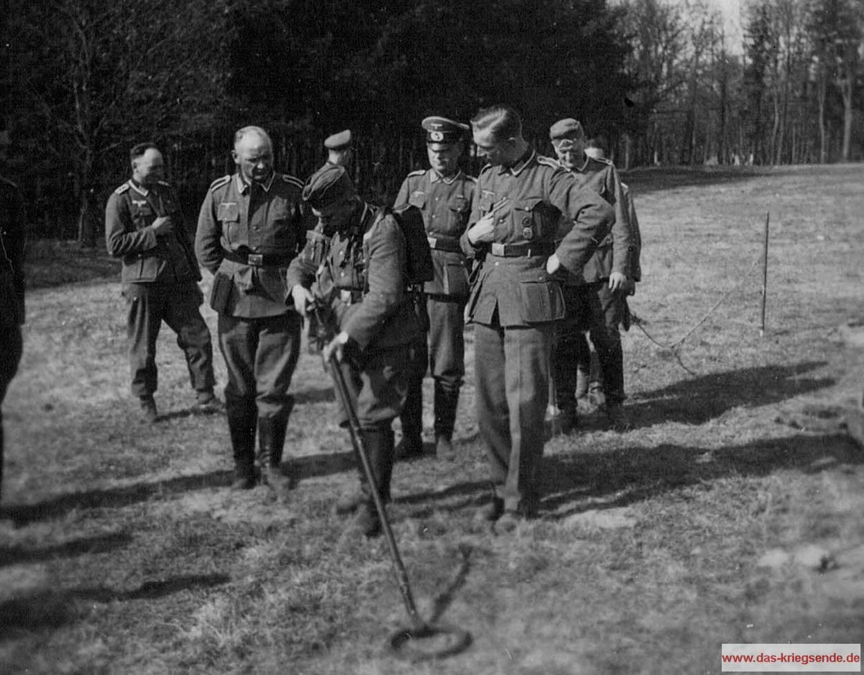 """Minenräumkommando der Wehrmacht während der Ausbildung am Minensuchgerät """"MSGer 40 Aachen"""". Nach dem Zweiten Weltkrieg werden viele dieser Soldaten in den neu gebildeten Sprengkommandos ihren Anteil am Neubeginn und Wiederaufbau Deutschlands haben, in dem sie das erlernte zum Dienste des Gemeinwohls einsetzen. Unzählige dieser Männer werden dabei umkommen."""