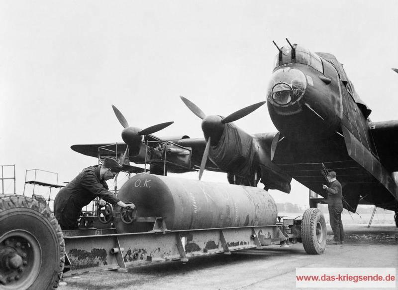 Britische Soldaten beladen eine Avro-Lancaster mit einer 8.000 lb HC Bombe. Foto: CH 10941, Imperial War Museums.