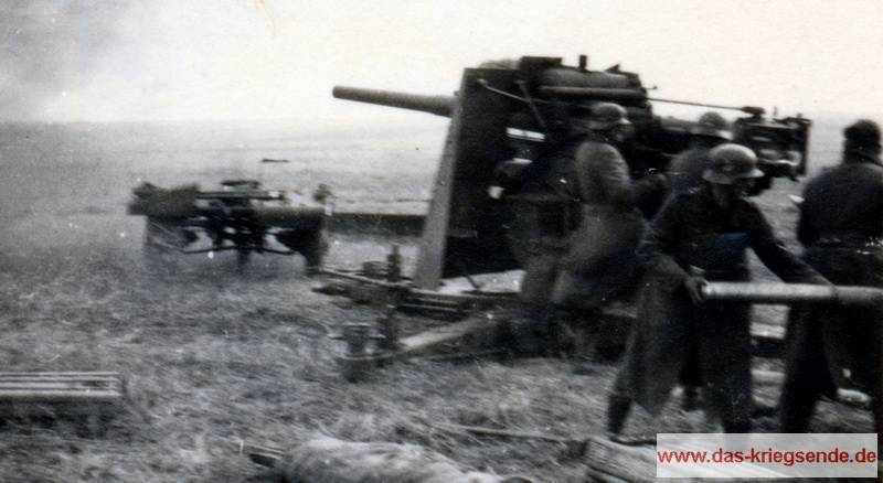 Eine 8,8-cm-Flak-36 im Erdkampfeinsatz. Schon kurz nach Beginn des Frankreichfeldzuges zeigte das für die Luftabwehr konzipierte Geschütz seine Stärken bei der Panzerabwehr. Bis August 1944 waren rund 12.000 Geschütze der berühmt-berüchtigten Eightyeight, wie sie bei den Alliierten genannt wurde, gebaut worden und fügten feindlichen Panzerverbänden hohe Verluste zu. Rheinhold Schmidt, der als Wachtmeister im Flak-Sturm-Regiment 4 diente, berichtete davon, dass ihre Geschütze in der Zeit nach der Landung der Alliierten im Sommer 1944 in der Normandie bis zu den letzten Kämpfen im Ruhrkessel mehr amerikanische Panzer ausgeschaltet habe, als sie dazu in der Lage waren feindliche Flieger vom Himmel zu holen.