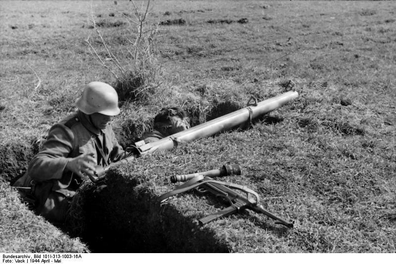 Deutsche Panzergrenadiere in Italien - Bewaffnet mit Panzerschreck, MP40 und einer Nebelhandgranate 39. Fotos Bundesarchiv: Bild 101I-313-1003-16A / Vack /