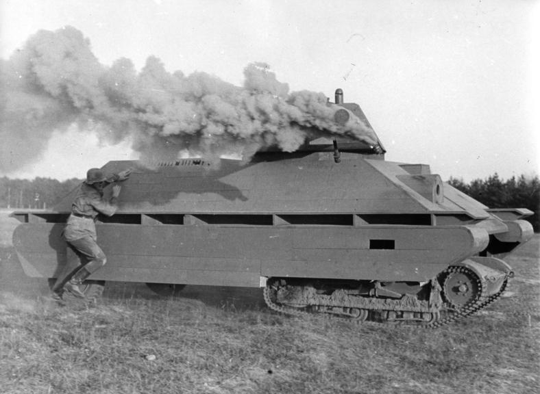 Ausbildung der Panzer-Nahbekämpfung am fahrenden Modell. Nachdem die Nebelhandgranaten an der Panzerfront angebracht wurde, muss der Soldat die Sprengladung anbringen. Der graue Rauch deutet darauf hin, das hier eine Nebelmischung mit Aluminiumanteil verwendet wurde.