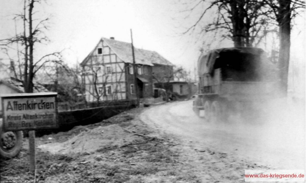 Nachdem Verbände der 1. US-Armee Altenkirchen erobert haben, rollen pausenlos Nachschub-LKWs durch die Kreisstadt.