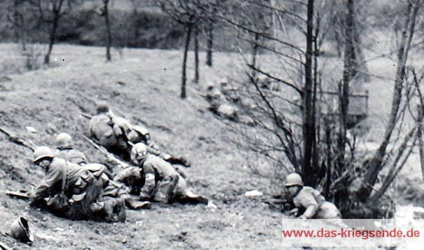 Unter deutsches Feuer geratene US-Soldaten.