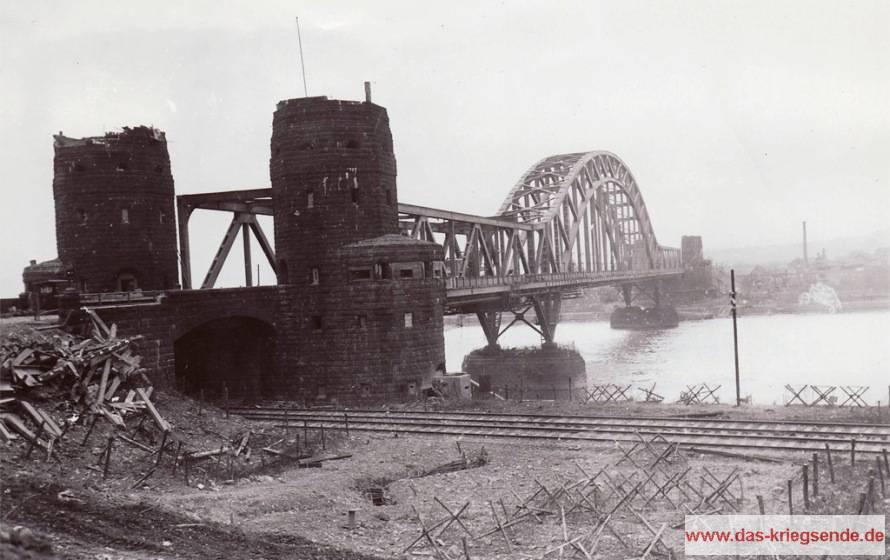 Blick auf die Ludendorffbrücke von der Erpeler Seite. Im Hintergrund sehen wir Remagen. Foto: Signal Corps, National Archives, Washington USA.