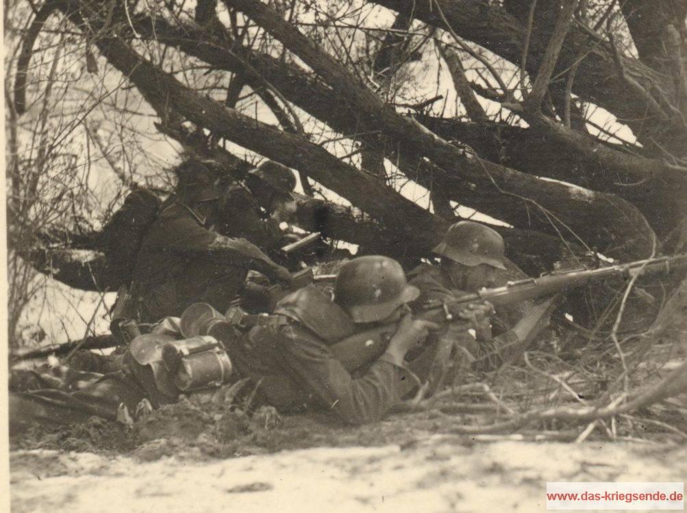 1941 - Deutsche Infanteristen sind in Stellung gegangen und erwarten Feindkontakt. Aufnahme aus Privatbesitz.