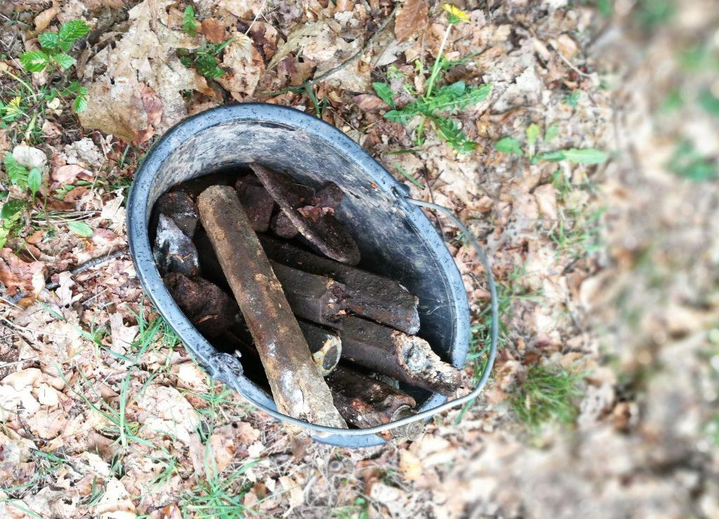 Reste von Stabbrandbomben, die während des Zweiten Weltkrieges auf Betzdorf abgeworfen wurden. Innerhalb zwei der Brandbomben waren Sprengkörper vorhanden, die auch 75 Jahre nach Kriegsende noch immer ihre tödliche Sprengkraft besitzen.